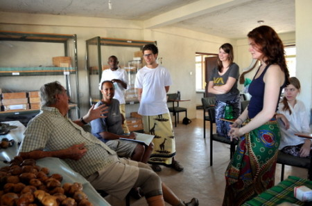 In between presentations, students discuss Doum palms with Dr. Leakey.
