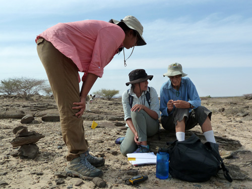 Dr Meave Leakey explains a find to Tiffany and Carolina