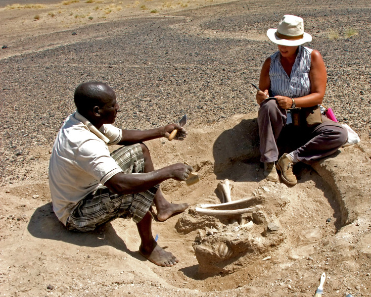 Dr. Marta Mirazón Lahr (right) and Justus Edung excavate the Nataruk site.