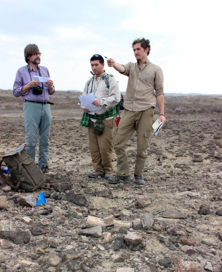 Joe and Jamie confirm with Prof. Fortelius about the depositional context of their fossil find.